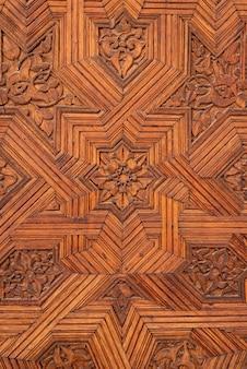 Particolare di una porta in legno intagliato