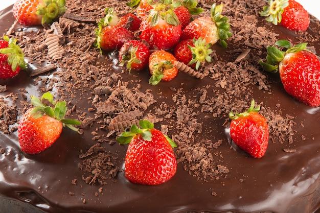 Dettaglio della torta al cioccolato con fragole da vicino.