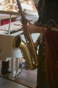 Dettaglio di un clarinettista durante un concerto jazz dal vivo.