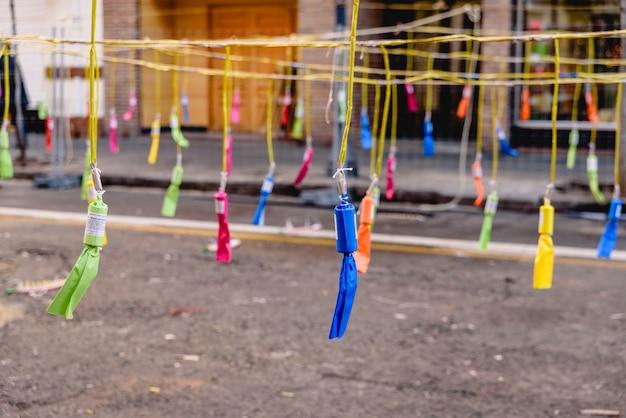 Dettaglio di petardi colorati di un mascleta nelle fallas di valencia.
