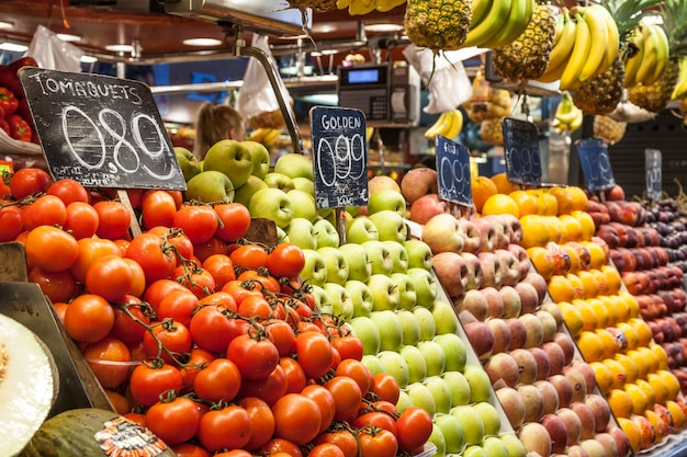 Dettaglio di un colorato interno del mercato della frutta, prezzi in euro