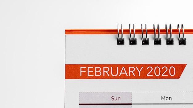 Dettaglio di un calendario da scrivania a febbraio.