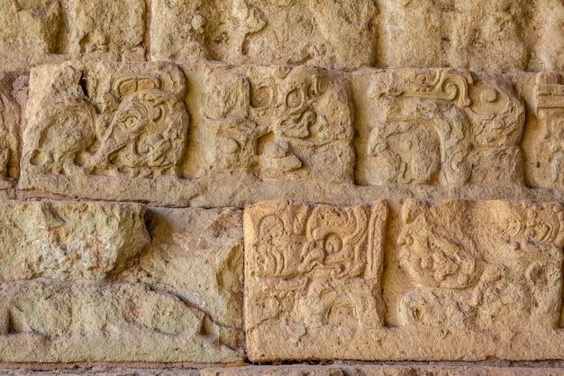 Particolare dei disegni nelle scale del tempio più famoso delle rovine di copan