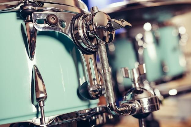 Dettaglio di un drum kit closeu. batteria sul palco retrò foto d'epoca.