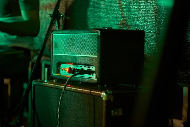 Dettaglio di un amplificatore per chitarra elettrica ripreso in un concerto rock dal vivo.