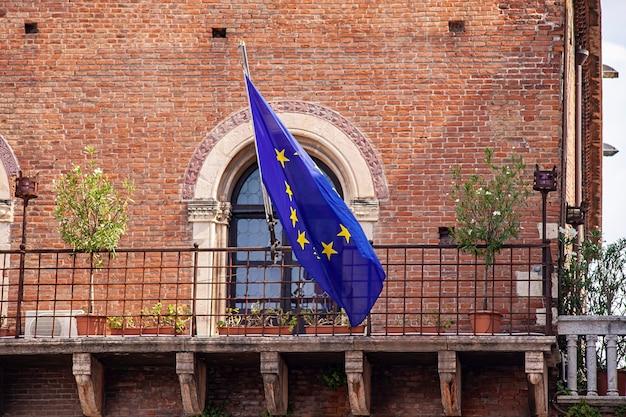 Dettaglio di una bandiera europea sulla facciata di un edificio storico italiano