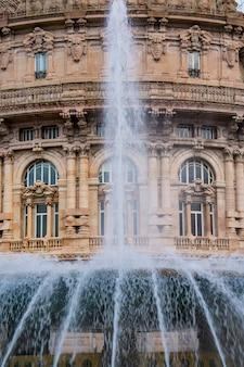 Particolare della fontana in piazza de ferrari a genova, italia. piazza de ferrari è la piazza principale di genova.