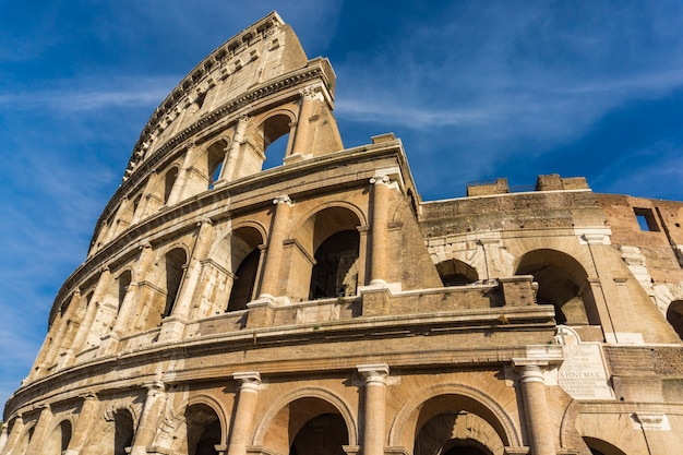 Dettaglio dall'antico colosseo a roma, italia