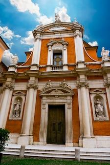Particolare dalla chiesa di san giorgio a modena, italia