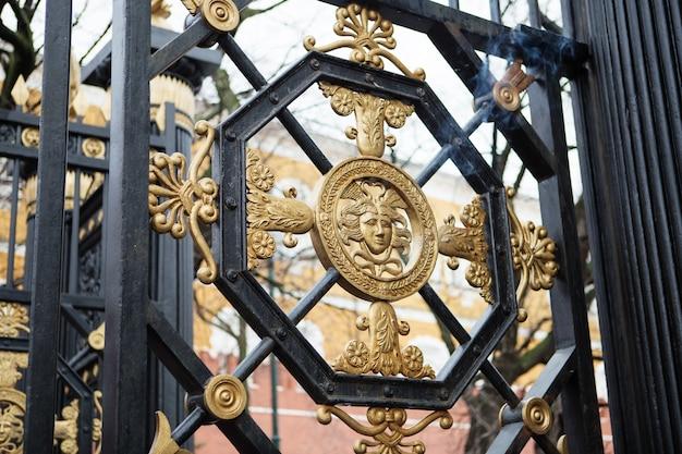 Particolare del cancello ai giardini di alexander, cremlino di mosca, russi