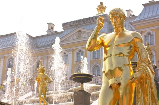 Dettaglio della grande fontana della cascata a peterhof, russia - statue dorate della fontana