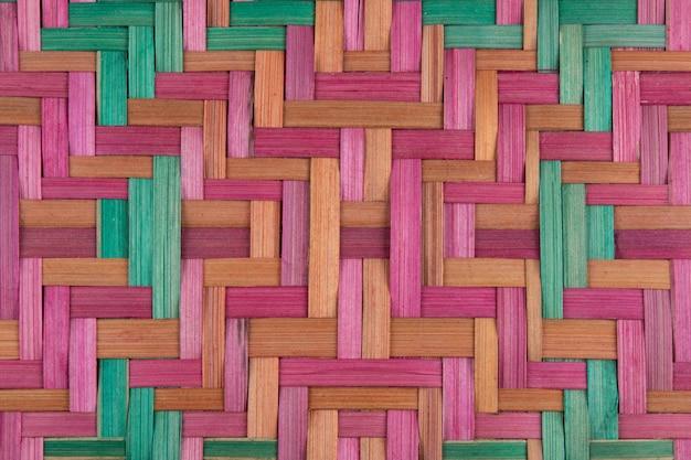 Dettaglio della trama di cesto di paglia colorata fatta a mano.