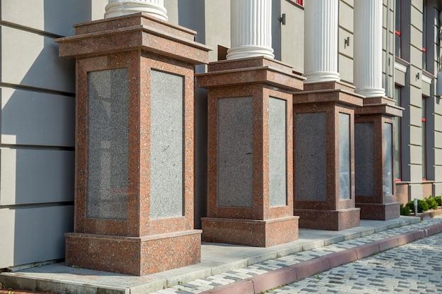 Dettaglio di una facciata di casa. colonne di granito come elementi decorativi dell'edificio.