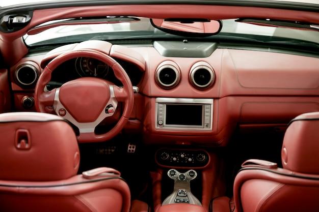 Dettaglio dell'automobile sportiva rossa interna Foto Premium