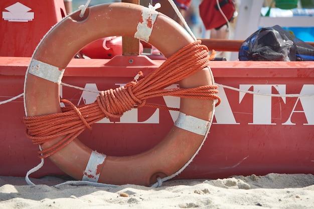 Particolare del salvagente che fa parte di una scialuppa di salvataggio presente negli stabilimenti balneari italiani.