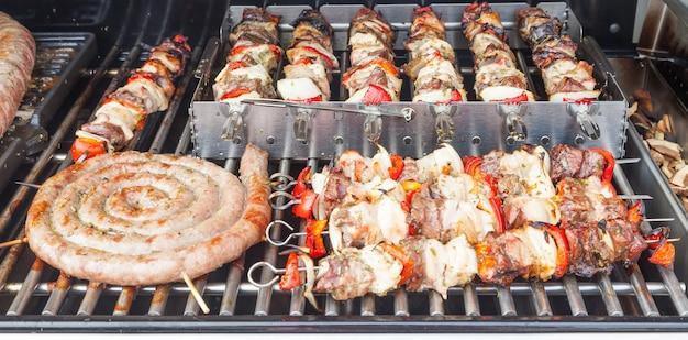 Particolare della preparazione della carne per un barbecue