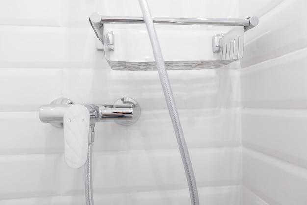 Particolare della moderna doccia a soffitto