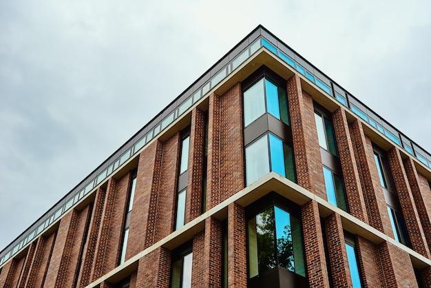 Dettaglio del moderno edificio residenziale contro sky
