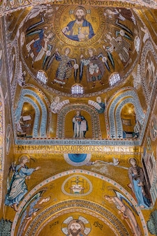 Particolare del mosaico della volta della cappella palatina a palermo. italia.