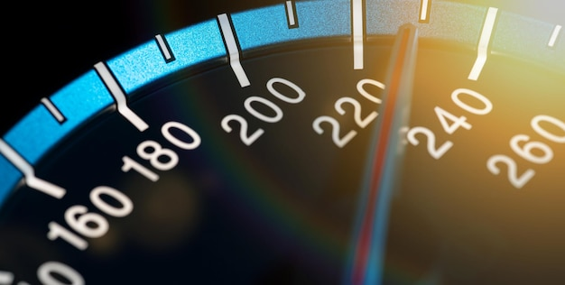 Dettaglio dell'ago del contachilometri o del tachimetro di un'auto ad alta velocità