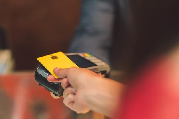 Dettaglio di una persona che paga con carta di credito