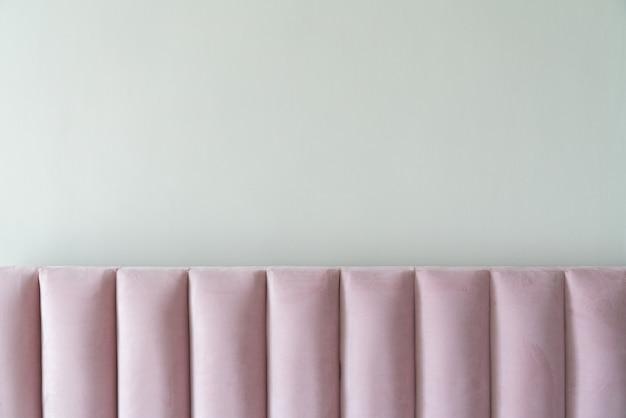 Dettaglio della testiera del letto in tessuto di velluto rosa