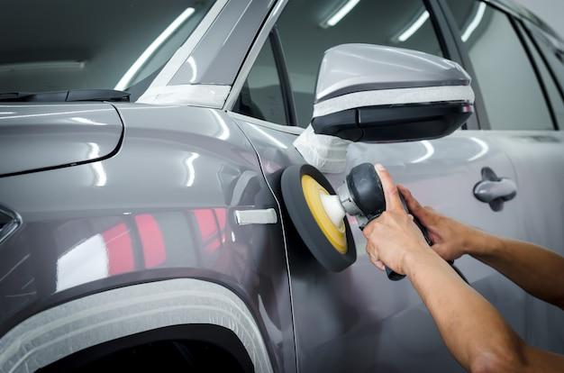 Dettaglio: lucidatura dell'auto, preparazione della superficie dell'auto prima del rivestimento della ceramica.