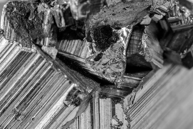 Dettaglio di un minerale di pirite in bianco e nero. la pirite è un minerale molto comune composto da disolfuro di ferro che produce scintille se colpito con un pezzo di metallo.