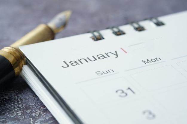 Colpo di dettaglio del calendario che mostra il mese e la data di gennaio