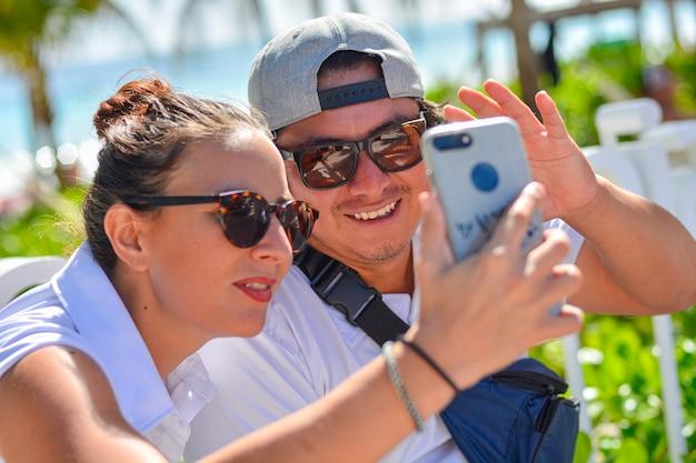Dettaglio dei ragazzi sorridenti che fanno una videochiamata con lo smartphone