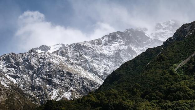Dettagli sulla tempesta di neve che si verifica sul picco alpino girato al parco nazionale di aoraki mt cook, nuova zelanda
