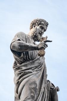 Particolare della statua di san pietro a città del vaticano, italia