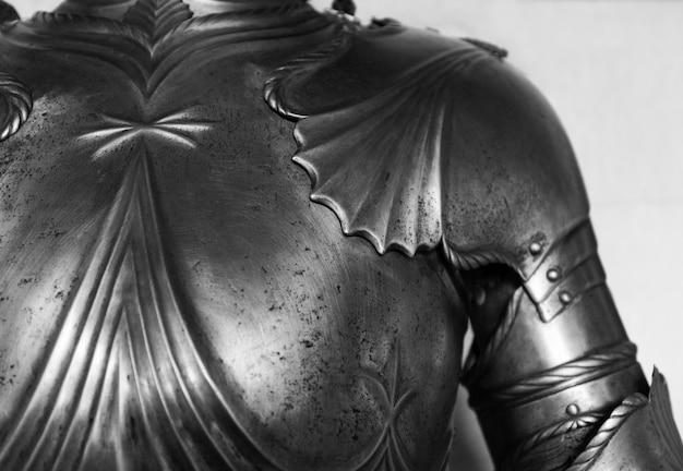 Particolare della parte superiore di un'armatura di cavaliere medievale.
