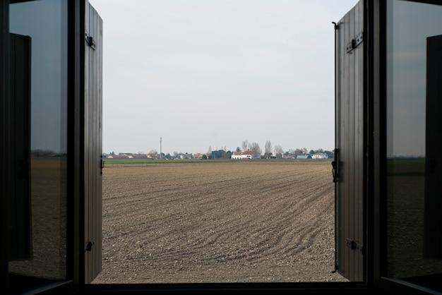 Particolare della finestra che si apre sul paesaggio di campagna