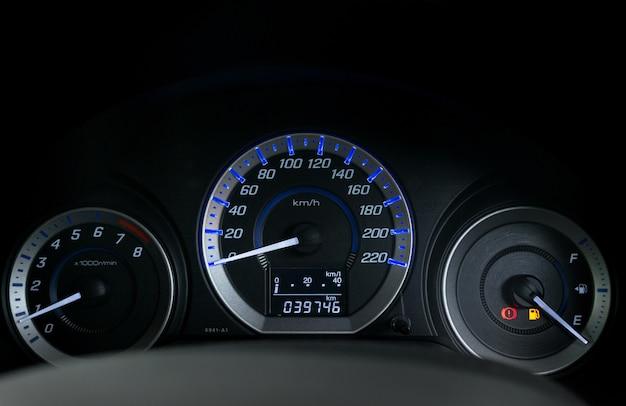 Dettaglio con gli indicatori del carburante che mostrano e il serbatoio vuoto sul cruscotto dell'auto