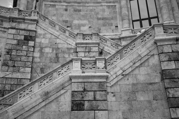 Particolare con scale in marmo di un edificio storico nel centro di cagliari in sardegna
