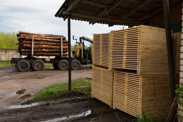 Particolare delle plance di legno. pallets di legno. di legno. legname. una pila di nuove assi di legno nell'industria del legname. foto di alta qualità