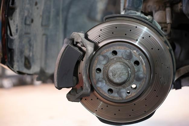 Particolare di un freno a disco usurato pronto per la sostituzione e la manutenzione