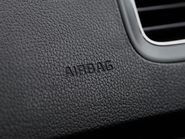 L'immagine dettagliata del primo piano di una zona airbag del cruscotto funziona all'interno di un'auto moderna.