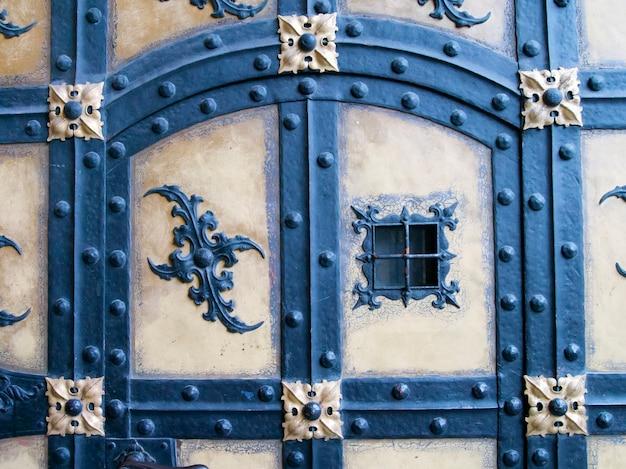 Frammento dettagliato dell'antica porta dal famoso edificio neues rathaus (nuovo municipio) a monaco di baviera, germania