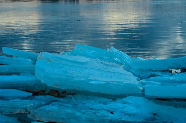 Dettagli del ghiaccio rotto su un fiume dnieper