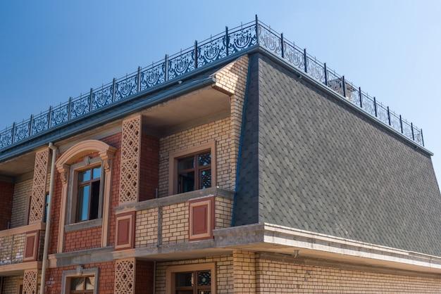 Dettagli dell'edificio in costruzione. design moderno del complesso di appartamenti