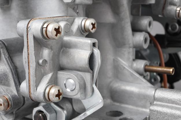 Dettagli del carburatore dell'auto, piccola profondità di messa a fuoco. parti automobilistiche del sistema di iniezione del carburante.