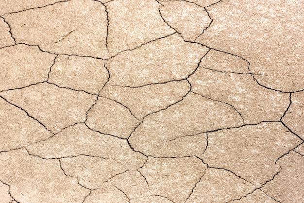 Dettagli di un terreno di terra screpolata secca. sfondo