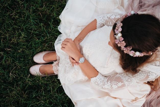Dettagli dall'alto di una ragazza vestita in abito da comunione