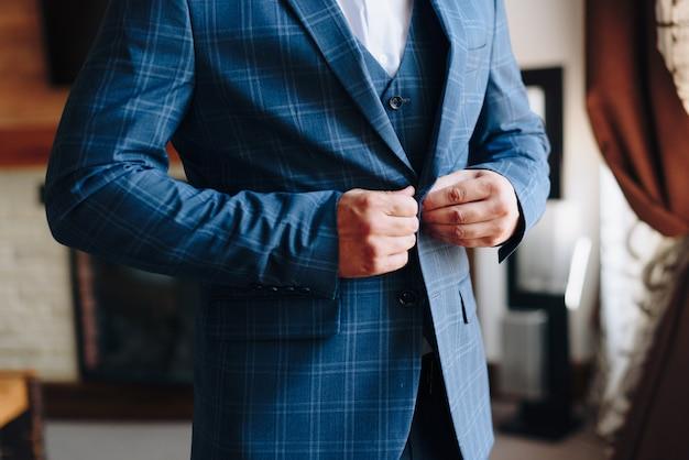 Dettagli della giacca dello sposo al matrimonio