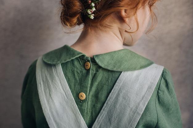 Dettagli dell'abito in lino verde.