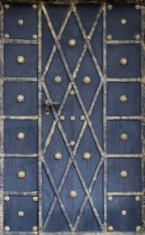 Dettagli e ornamenti di recinzione in ferro battuto con cancello.