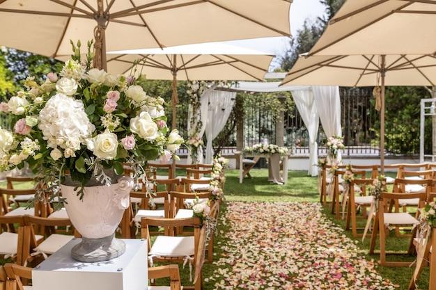 Dettagli di cerimonia nuziale, fiori e petali per la decorazione.