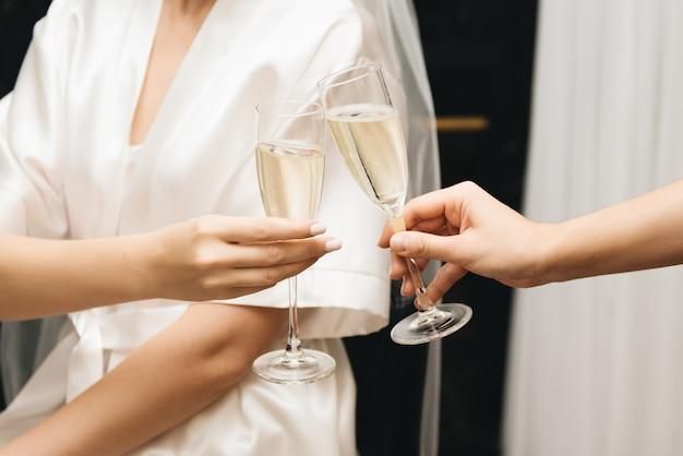 Dettagli del giorno del matrimonio. sposa con le amiche con gli occhiali